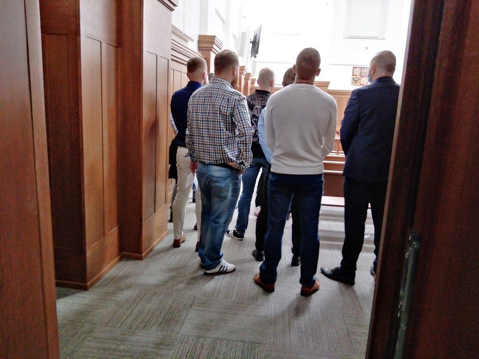 Fanoušci Baníku byli obžalovaní z přepadení opavských fotbalových fanoušků. Snímek z budovy soudu v Ostravě.