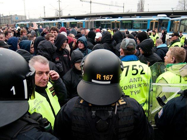 Fanoušci Sparty se na Bazaly z hlavního nádraží přesunuli pěšky.