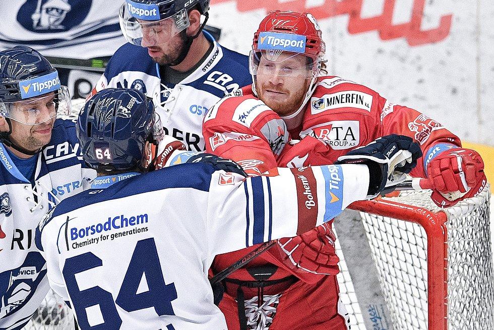Utkání 42. kola hokejové extraligy: HC Oceláři Třinec - HC Vítkovice Ridera, 2. února 2021 v Třinci. (zleva) Patrik Koch z Vítkovic a Wiliam Jack Rodewald z Třince.