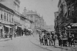 Chacharská Ostrava. Slovo chachar se v Ostravě používalo na začátku 20. století. Snímek z této doby je z někdejší Hlavní ulice vedoucí na náměstí.
