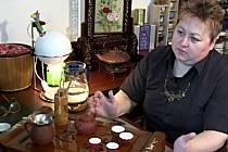 Marcela Pilchová už déle než dvacet let sbírá všechno, co souvisí s čajem.
