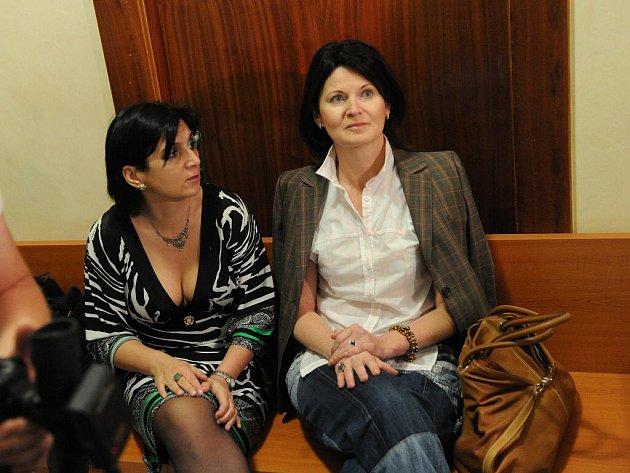 Omluvu a deset milionů korun požaduje po senátoru Jiřím Čunkovi jeho bývalá sekretářka z dob starostování ve Vsetíně Marcela Urbanová. Proto na něj podala žalobu na ochranu osobnosti, kterou se ve čtvrtek začal zabývat Krajský soud v Ostravě.