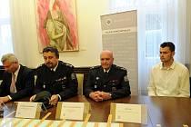 Jakuba Maciolka (na snímku z tiskové konference vpravo) nyní čeká roční intenzivní kurz.