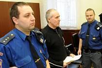 Pět sexuálních ozbrojených útoků má na svědomí třiačtyřicetiletý Miroslav Darebník z jižní Moravy, který se od úterý ze svých činů zodpovídá před Krajským soudem v Ostravě.