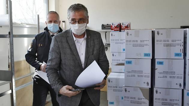 Moravskoslezský kraj získal 10 000 respirátorů FFP2, které přednostně dostanou praktičtí lékaři.
