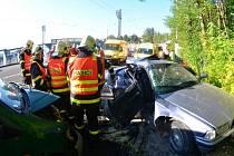 Muže uvězněného v havarovaném voze museli vyprostit hasiči.
