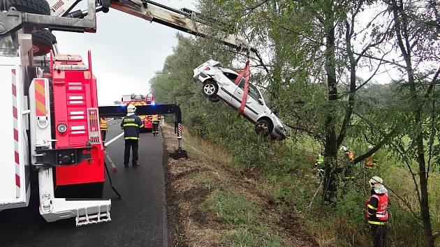 Vozidlo Citroën Xsara, které skončilo v příkopu, vyprošťovali v pátek ostravští hasiči.
