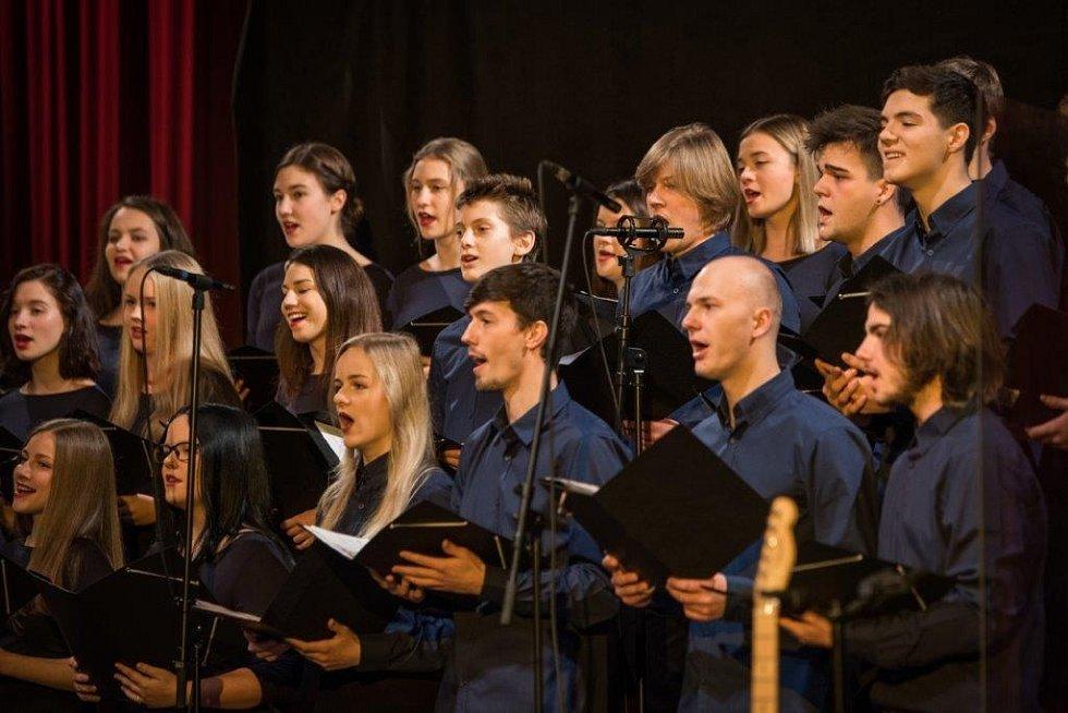 Mirek Hlavačka se ze dne na den stal sbormistrem a pod jeho vedením se z amatérského školního kroužku za několik let stal poloprofesionální sbor s vlastní kapelou a smyčcovým kvartetem.