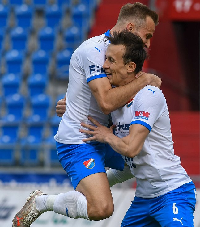 Fotbalisté Baníku Ostrava bojovali 15. května 2021 v utkání 32. ligového kola se Zlínem. Domácí Nemanja Kuzmanovič a Daniel Tetour slaví gól.