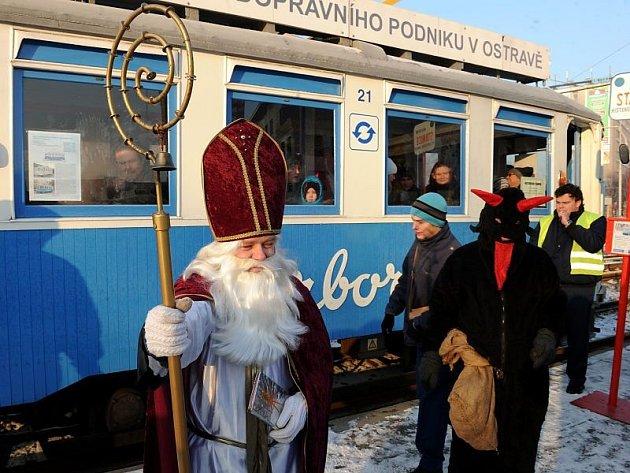 Sobotní projížďka historickou tramvají s čertem a mikulášem.
