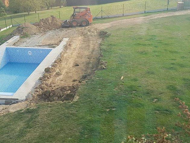 Policie zasahovala ve středu odpoledne v Dolní Lhotě. Důvodem byl granát objevený při výkopu bazénu.