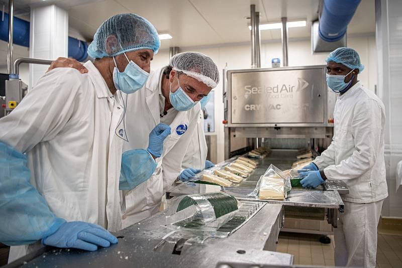 V sídle společnosti Brazzale, je také i balírna sýru Gran Moravia, 13. srpna 2021 v Zanè v provincii Vicenza, Benátsko, Itálie. (střed) Roberto Brazzale (spolumajitel firmy) komunikuje se zaměstnanci balírny.