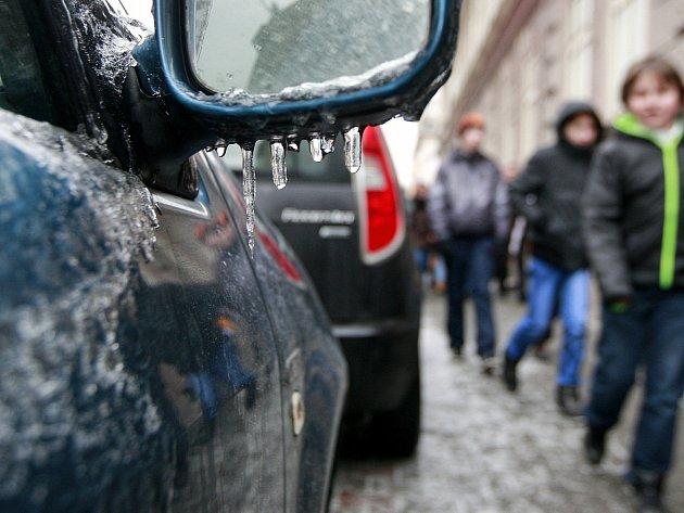 Mrazivé úterý v Ostravě. Ledovka působí komplikace v celé republice.