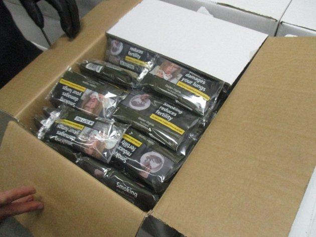 Celníci zajistili 12 800 balíčků tabáku o hmotnosti 640 kilogramů bez platné tabákové nálepky. Foto: Celní úřad