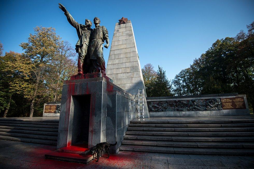V Komenského sadech neznámý vandal poničil červenou barvou Památník Rudé armády, 24. října 2019 v Ostravě.