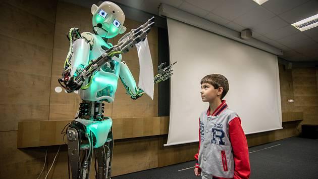 Robot v planetáriu Ostrava předával studentovi Tomášovi pamětní list.
