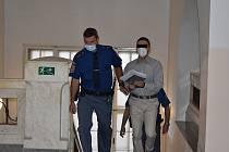 Před soudem stanuli tři Poláci. Manželský pár a muž. Dva cizinci jsou souzeni na svobodě, manžela stíhané ženy přivedla z vazební věznice eskorta.
