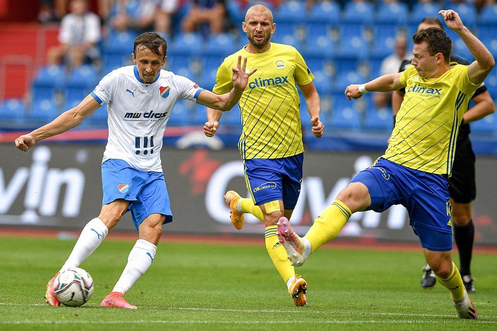 Utkání 2. kola první fotbalové ligy: Baník Ostrava - Fastav Zlín, 1. srpna 2021 v Ostravě. (zleva) Daniel Tetour z Ostravy a Martin Cedidla ze Zlína.
