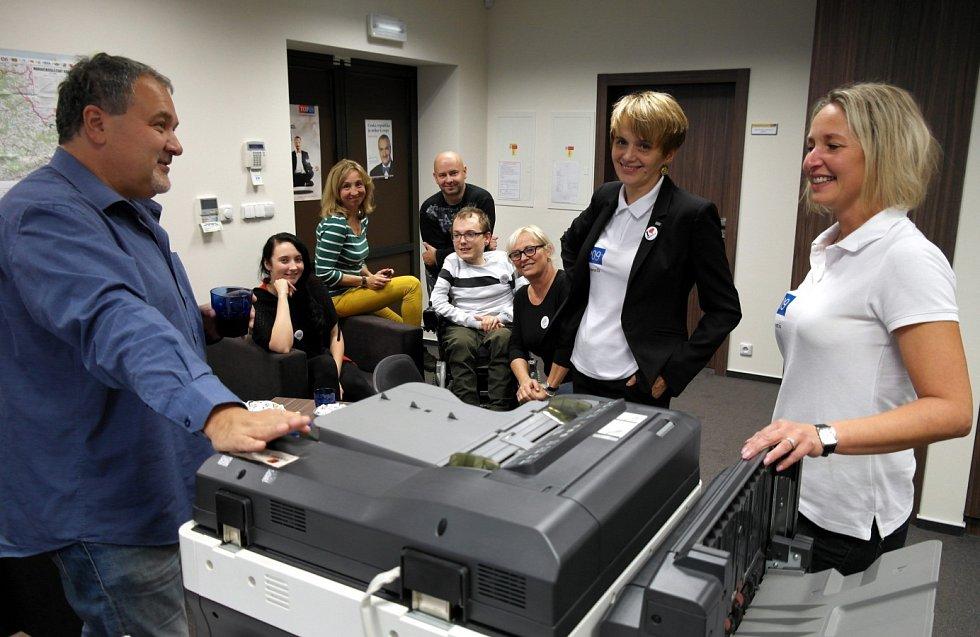 NEÚSPĚCH NEODRADÍ. To tvrdili v sobotu odpoledne členové volebního štábu TOP 09 včetně Michaely Roubíčkové (vpravo).