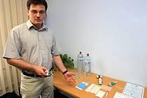 Kriminalistický expert Pavel Tomek ukazuje vybavení, které používají technici při zpracování stop.