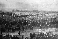 Obrovská manifestace na podporu nového československého státu se uskutečnila v Ostravě několikrát. Ta na pamětním snímku je z 10. listopadu 1918. Hlavním řečníkem byl Jan Prokeš.