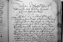 Ukázka zápisu z nejstarší ostravské knihy. Z více než dvou stovek zápisů jsou všechny až na tři psány česky. Jména písařů nejsou většinou známa.