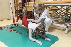 Rozmanitá závěsná zařízení pomáhají při léčbě dětských pacientů v Klinice léčebné rehabilitace Fakultní nemocnice Ostrava.