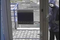 Bankovní kamery zachytily lupiče, který o něco později přepadl banku