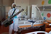 Tým moravskoslezských hasičů dekontaminoval část nemocnice v Chebu.