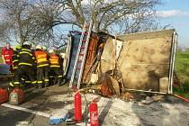 Řidič v Klimkovicích narazil s autem do stromu, vyprostit ho museli hasiči.