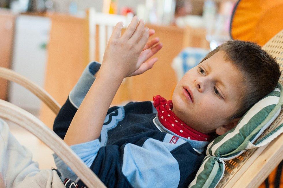 Život s mentálně postiženými dvojčaty Vašíčkem (na snímku) a Jarouškem je náročný. Klukům je šest let a ani jeden nemluví.