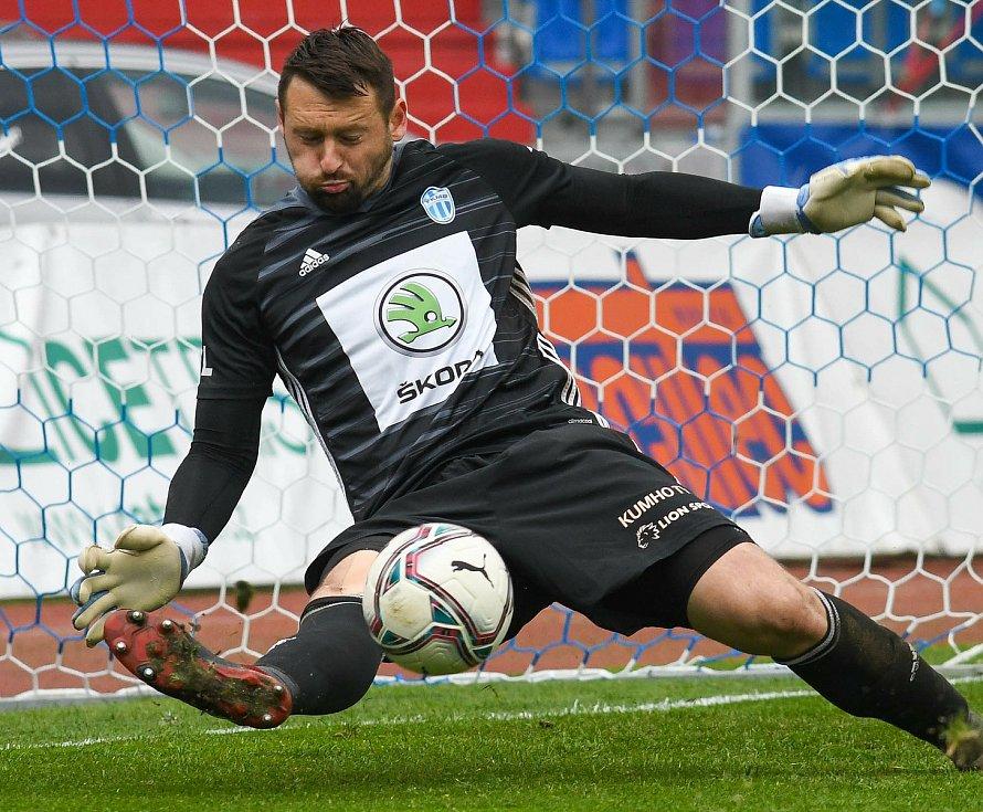 Fotbalisté Baníku Ostrava (v modro-bílém) v duelu 28. kola FORTUNA:LIGY s Mladou Boleslaví (2:1). Gólman hostí Jan Šeda.