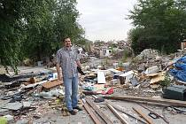 SOCIÁLNĚ VYLOUČENÁ LOKALITA, nebo smetiště? Kdoví... Náměstek ostravského primátora Martin Štěpánek (snímek nahoře) při návštěvě jednoho z takových míst.