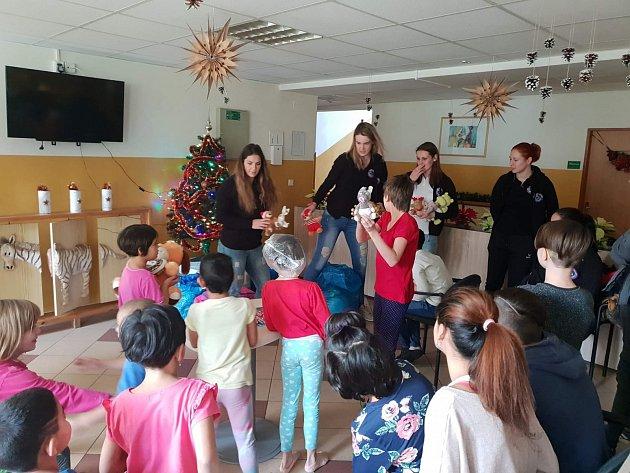 Házenkářky DHC Sokol Poruba oVánocích potěšily a především překvapily děti zDětského domova Vyzina.
