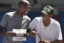 Vpravo Juan Miguel Echevarría z Kuby a vlevo Luvo Manyonga z JAR, který se zranil v závodě Diamantové ligy v Rabatu a do Ostravy tak přijel pouze v roli fanouška.