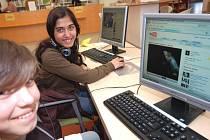 """Osmnáctiletá Alena Čurajová (na snímku vpravo) tráví ve zdejší knihovně každou volnou chvilku. """"Nejvíce mě baví mě počítače, ráda také čtu, hlavně romány,"""" říká budoucí švadlenka"""
