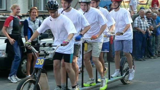Na start loňského ročníku lichnovského závodu Lichnov 24 hodin se postavila i tato partička nadšených koloběžkářů.