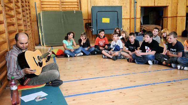Na gymnáziu v Ostravě-Hrabůvce mají týden zdraví. V jeho rámci se v úterý věnovali i meditaci.