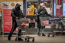 Situace před vchodem do jednoho z marketů v Ostravě ve středu 18. listopadu 2020.