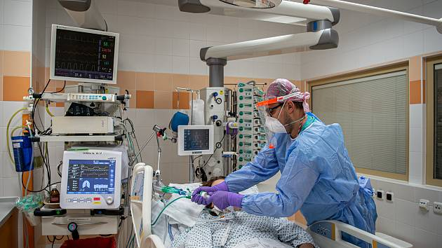 Oddělení resuscitační a intenzivní medicíny (ORIM 3) ve Fakultní nemocnic Ostrava (FNO), 7. října 2020 v Ostravě. Oddělení ORIM 3 je vyhrazeno pro pacienty s onemocnění koronavirem (COVID-19). Staniční sestra Tomáš Glac se stará o pacienta.