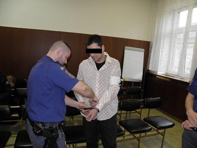 Muž byl nakonec uznán vinným pouze z méně závažného drogového deliktu.