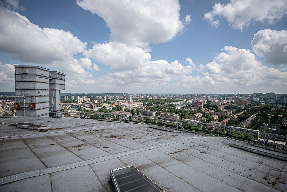 Odborná firma rozebere 84 metrů vysoký plynojem MAN který stojí na ulici 1. máje, snímek z 14. června 2021. Plynojem je už přes 10 let nevyužitý. Střecha plynojemu v pozadí centrum Ostravy.