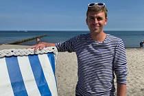 Pavel Polák na pláži.