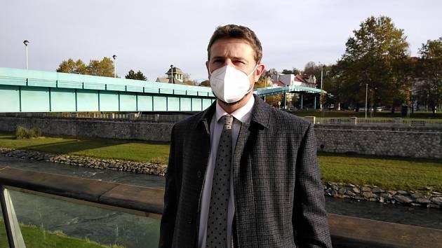 Státní zástupce Vít Legerský krátce předtím, než se dozvěděl, že soud všech dvanáct dohod o vině a trestu schválil.