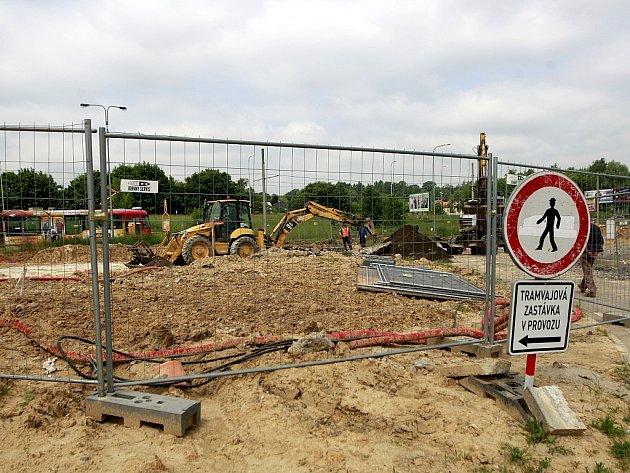 Stavba terminálu Dubina se potýká s problémy s podložím. Přestupní uzel by měl být v provozu od září.