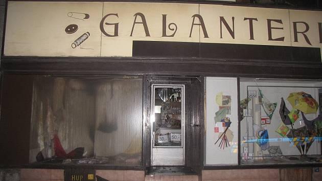 Škodu za čtyři sta tisíc korun způsobil požár, který v noci na úterý vypukl v prodejně galanterie v přízemí domu v centru Ostravy.