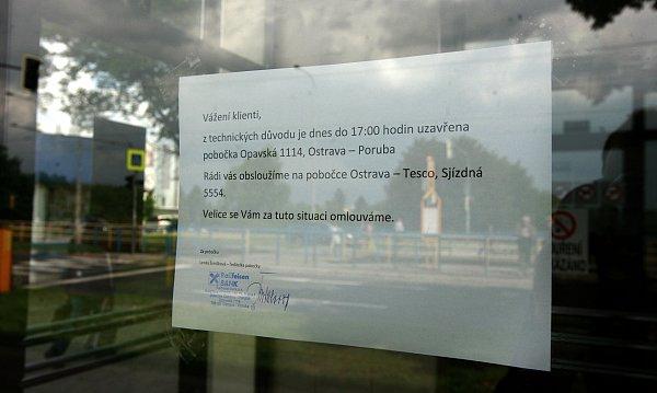 Neznámý muž kolem poledne vstoupil do pobočky Raiffeisenbank vOpavské ulici a po obsluze požadoval vydání peněz.