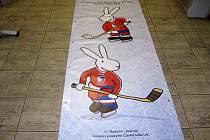 Dvojice si chtěla domů odnést tento plakát s populárními králíky.