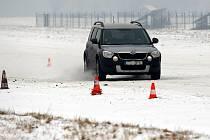 Teploty padající hluboko pod nulu jsou zkouškou řidičů, kteří často musí vozidla krotit na namrzlých vozovkách. Zvládat krizové situace jim pomáhá škola smyku, kterou už poněkolikáté pořádala u mošnovského letiště společnost Auto Heller.