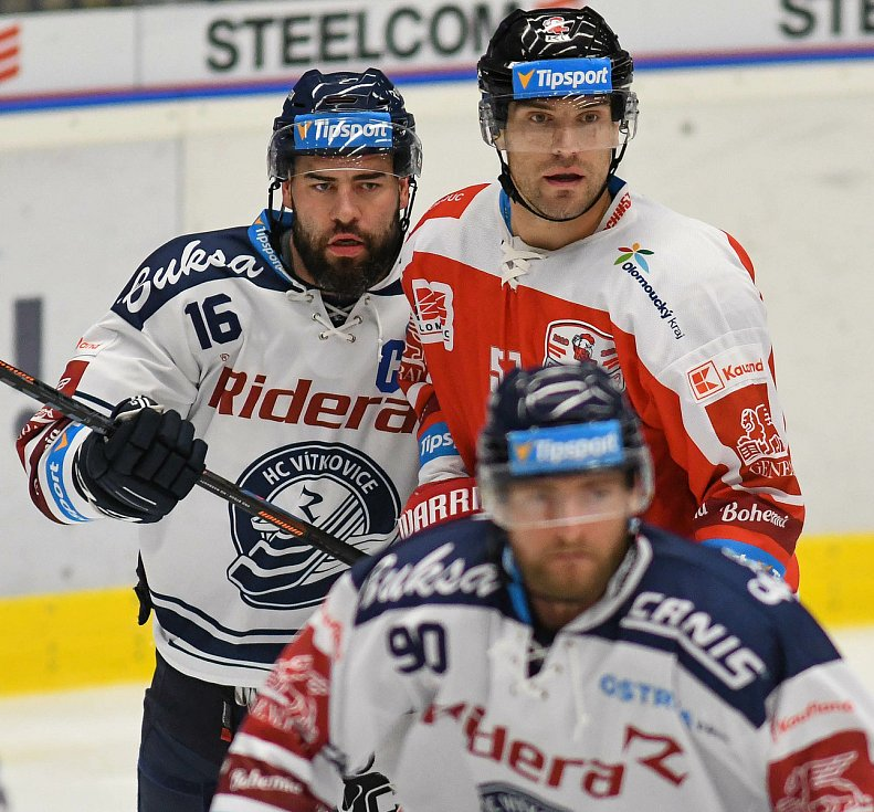HC Vítkovice Ridera – HC Olomouc 1:2 v prodloužení, přípravný zápas v Ostravě, 10. září 2020. Setkání gigantů. Domácí Roman Polák (číslo 16) a Rostislav Olesz.